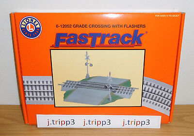 Lionel 12052 Grade Railroad Train Crossing Fastrack Flashers Bell Sounds O Gauge