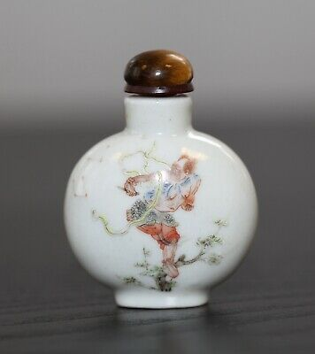 Antique Chinese enamelled porcelain snuff bottle, Qing Dynasty, 18th century.