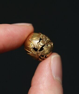 antique Japanese carved 18ct gold Ojime bead signed Kenjyu, 19th Century. MEIJI.