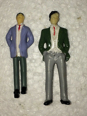 Pair of O Scale Rail Standing Male Figures In Suits with Ties (train commuters?)