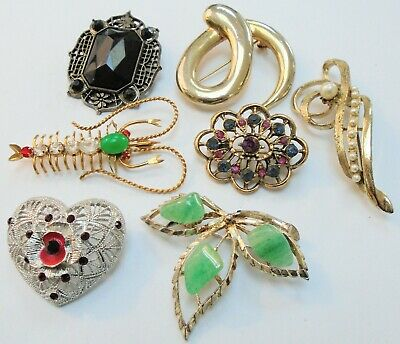 Seven large vintage brooches (gold metal, jade, pearl, diamond paste, faux jet)