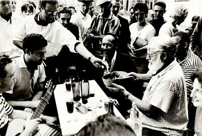 ERNEST HEMINGWAY IN PAMPLONA. MASPONS/UBIÑA, 1950's. Original Vintage Photo 2.