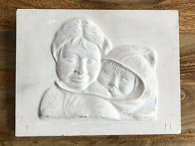 Antiguo Mural Relieve Imagen Yeso Esquimal Inuit Madre con Niño Firmado Vintage