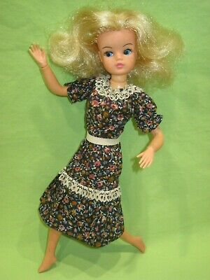"""Marx Toys 1970's Bendable Ankle SINDY 11"""" Blonde Fashion DOLL in Floral Dress"""