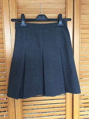 Girls Grey Pleated School Skirt. Age 9-10 years. Adjustable waist.