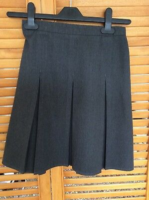 Girls Grey Pleated School Skirt. Age 9-10 yrs. Adjustable waist.