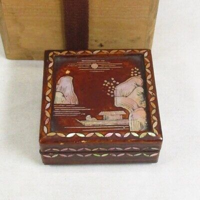 G207: Chinese incense case of old lacquer ware with appropriate good RADEN work