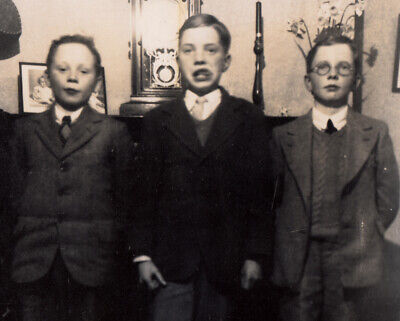 FREAKY FACE BOY LICKS LIPS w SERIOUS POSER BROTHERS ~ 1920s VINTAGE PHOTO