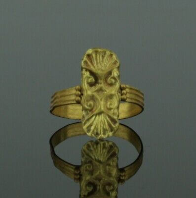 ANCIENT ROMAN GOLD RING WITH SCOLLOP BEZEL - Circa 2nd Century AD