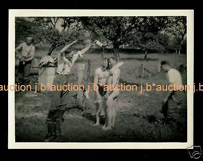 Nackte Soldaten * WW II SOLDIERS' NUDE SHOWER on ADVANCE * Photo GAY INT