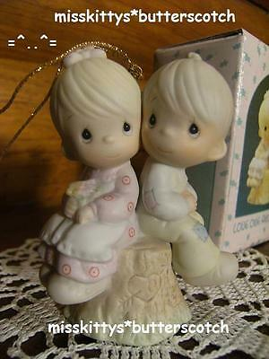 Precious Moments~ORNAMENT~LOVE One Another~LOG~522929~Couple Sitting On A Stump