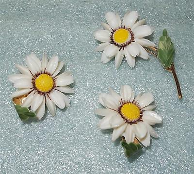 Vintage White Yellow Plastic Daisies Enamel Goldtone Pin Brooch Earrings Set