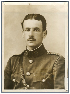 WWI, UK, Lieut. Dawes of the Royal Flying Corps decorated with Legion of Honour
