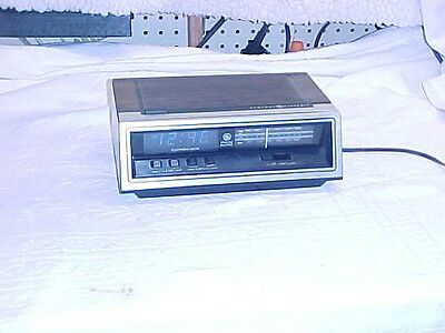 1970's GE AM/FM DIGITAL CLOCK RADIO BLUE DISPLAY MODEL# 7-4651A WALNUT WORKING