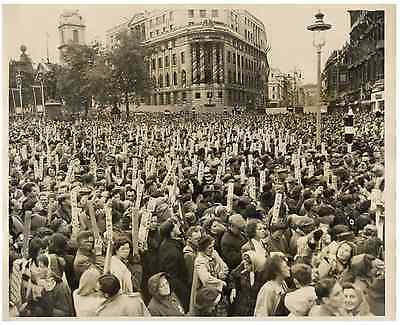UK, London, Trafalgar Square. Crowd using mirrors  . Great Britain. Picture by E