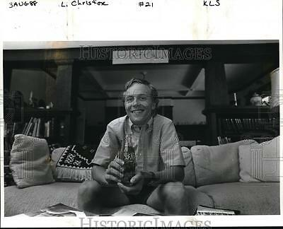 1988 Press Photo Chris Fox with a Coca-Cola bottle from his the Middle East