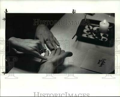 1987 Press Photo The hand reading of Libby O'Brien during the Psychic fair