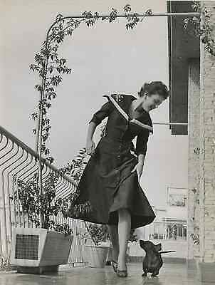 L'actrice italienne Milly Vitale et son basset Puffy Vintage silver print