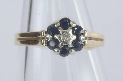A VINTAGE 9ct SOLID GOLD DIAMOND & BLUE SAPPHIRE CLUSTER RING SIZE L/M (US 65)