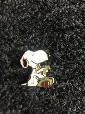 Vintage Peanuts Aviva Enamel Pin Snoopy Wrapping Christmas Gift Red/Green UNUSED