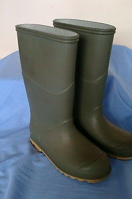 wellingtons size 11. childs green.