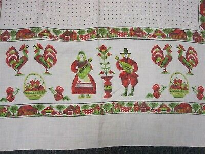 """VTG WHITE RED & GREEN COTTON CHRISTMAS TABLECLOTH w COUPLE ROOSTERS HOME 50"""""""