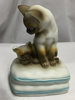 Vintage Mann Music Box With Mother Siamese Cat And Kitten On Pillow