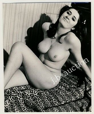 BUSTY NUDE WOMAN RECLINING / NACKT VOLLBUSIG HEITER * Vintage 60s Photo Aktfoto