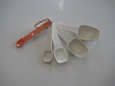 Retro Tupperware Set Of 5 Measuring Spoons in great condition- with hang up hook