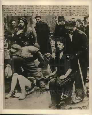 1945 Press Photo British Troops Treat Russian Women Rescued From bombed Store