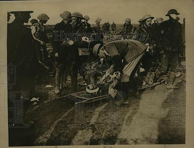1918 Press Photo Wounded Canadian soldier brought into Red Cross station