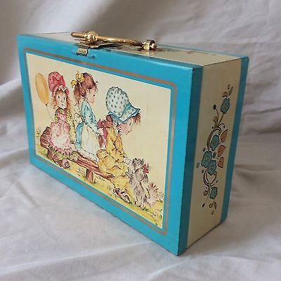 CHARMING VINTAGE 1970s CHILDS TIN/SUITCASE WITH PRETTY DECORATION HANDLE AND KEY