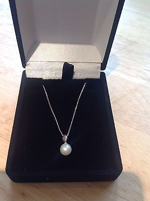 CULTERED PEARL PENDANT IN 9 ct WHITE GOLD WITH CHAIN