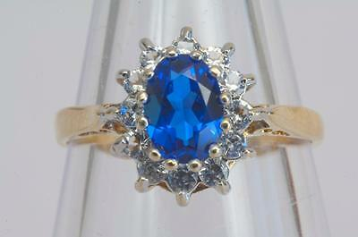 A VINTAGE SOLID 9ct GOLD CREATED DIAMOND & SAPPHIRE CLUSTER RING SIZE N/O (US 7)