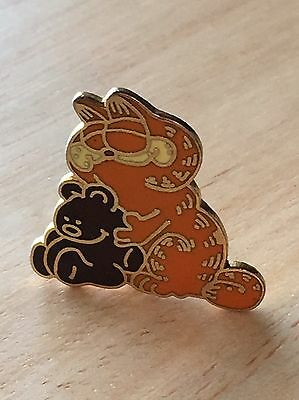 Vintage Garfield The Cat Hugging Teddy Bear Newspaper Comic Collectible Pin 1978