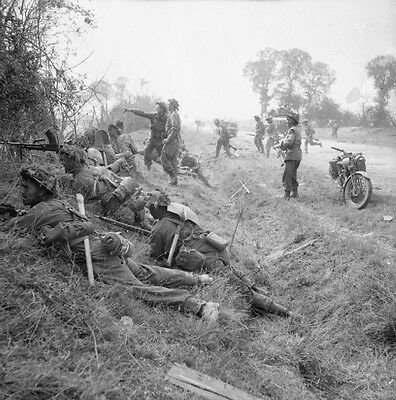WWII Photo British Infantry in Action France 1944  World War Two WW2 B&W / 1337