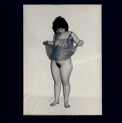 YOUNG WOMAN LIFTING NEGLIGEE TO SHOW HER FAT NUDE THIGHS * Vintage 70s Photo