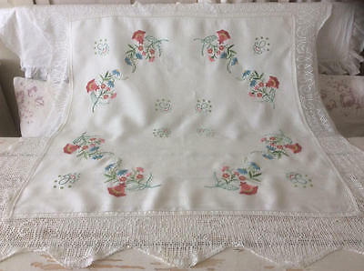 ~*Beautiful Vintage Floral Emb/Crochet Lace Trim Linen Tablecloth*~