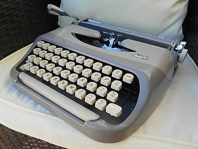 Vintage ROYAL Royalite portable typewriter & case. excellent condition.