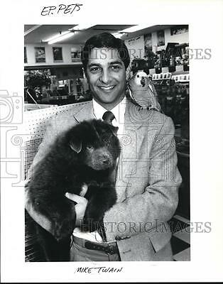 1989 Press Photo Michael Twain Displays a Blue Chow Puppy & Blue Front Parrot