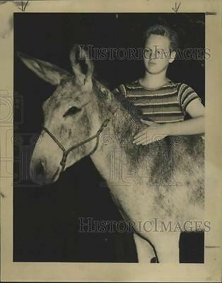 1948 Press Photo Edgar Irwin, stable manager, with the stable's pet donkey.
