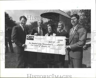 1990 Press Photo Donation check presented to the Hermann Park Zoo, Houston, TX