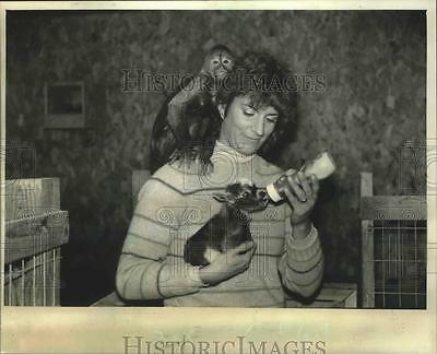 1985 Press Photo Cathy Gonia of C.R. Critter Company, Feeds Pygmy Goat, Mishicot