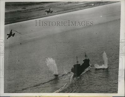 1945 Press Photo 2 US Carrier-Based Planes Straddle Japanese Ship with Bombs