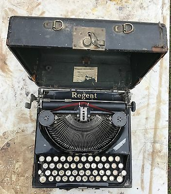 REGENT PORTABLE TYPEWRITER with Carrying Case