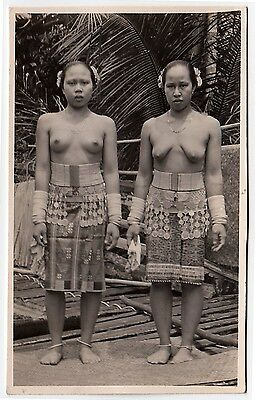 Malaysia TOPLESS DAJAK WOMEN IN GLAD RAGS Frauen * Vintage 50s Ethnic Nude RPPC