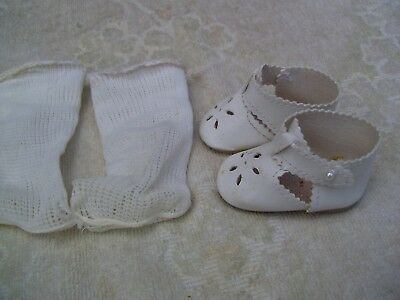 Alte Puppenkleidung Schuhe Vintage White Lashed Shoes Socks 50 cm Doll 6 1/2 cm