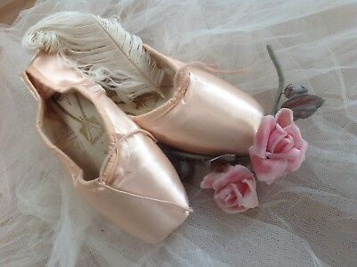 A VINTAGE LADIES PAIR FREED BALLET POINTE SHOES UK 7 Pink Satin Without Ribbons