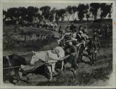 1931 Press Photo Japanese troops using Chinese coolies to transport ammo