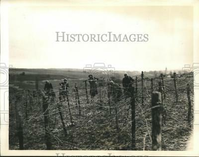 1939 Press Photo French soldiers on the western front setting up barbed wire